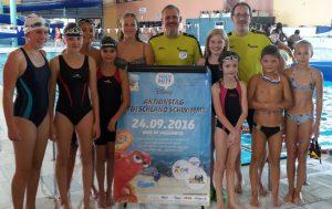 Gruppenbild mit einem (winzig) kleinen Teil der aktiven Schwimmer. Rechts mit T-Shirt Jugendwart Markus Kaitschick, mitte Vorsitzender Michael Alt